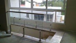 Corrimão em vidro com colunas em Aço Inox